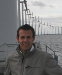 """L'impianto eolico """"Middelgrunden"""" realizzato nel 2000, a 3 km difronte a Copenaghen, è composto da 20 turbine da 2 MW installate in mare, la cui proprietà è divisa 50% alla società elettrica nazionale (Dong Energy) e 50% alla cooperativa composta da diecimila cittadini di Copenaghen."""