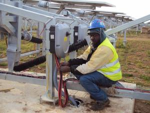 lavoratore-in-nero-impianto-fotovoltaico-tecnova